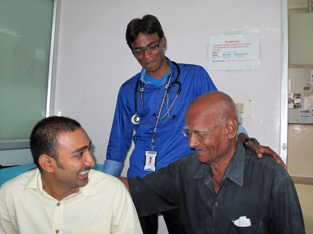 Two excellent doctors share confidence in life with a commented elderly patient like me.